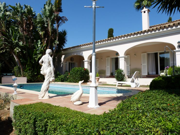 Villa for sale in Sotogrande with 3 bedrooms and 3 bathrooms.