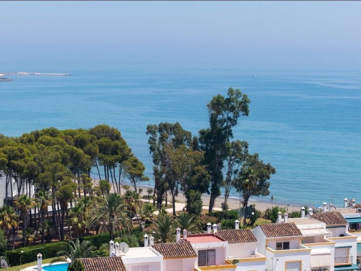 Penthouse for sale in Estepona with 3 bedrooms and 2 bathrooms.