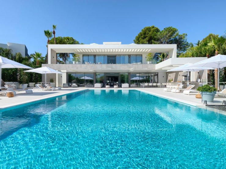 Villa for sale in Marbella with 7 bedrooms and 8 bathrooms.