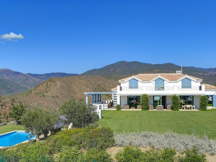 Villa for sale in Benahavis with 5 bedrooms and 6 bathrooms.