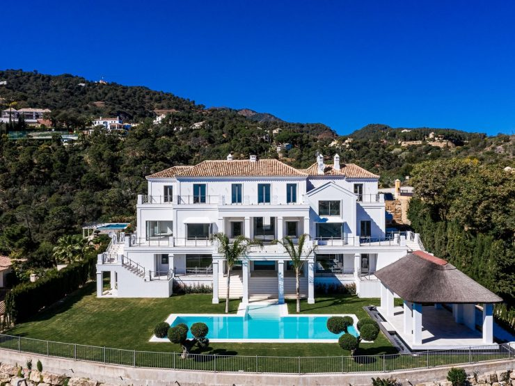 Villa for sale in Benahavis with 5 bedrooms and 5 bathrooms.