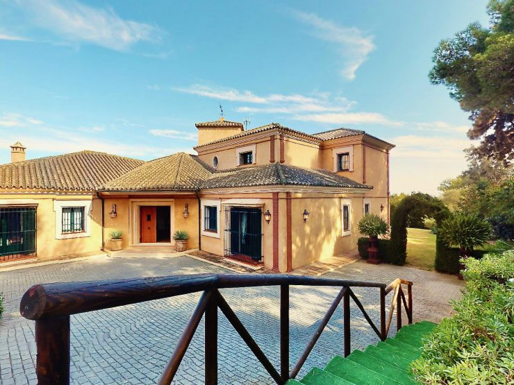 Villa for sale in Sotogrande with 5 bedrooms and 5 bathrooms.